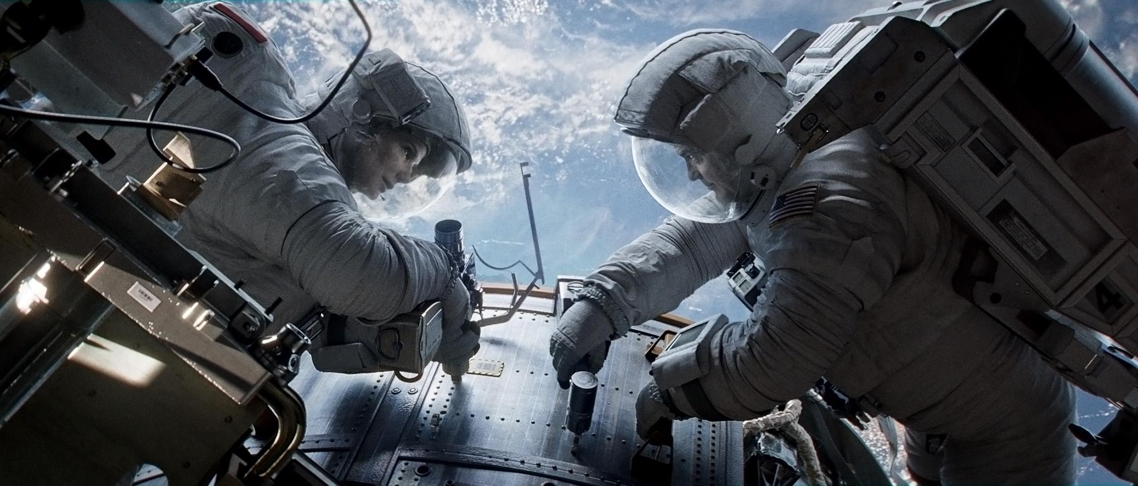 Sandra Bullock y George Clooney orbitando en el espacio